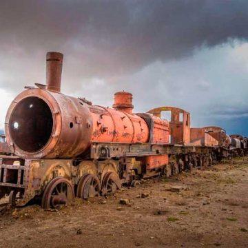 Buscan declarar patrimonio al cementerio de trenes de Uyuni